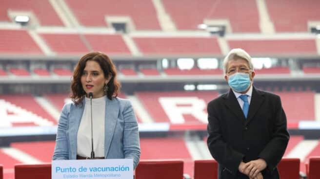 Isabel Díaz Ayuso y Enrique Cerezo, en el Wanda Metropolitano.