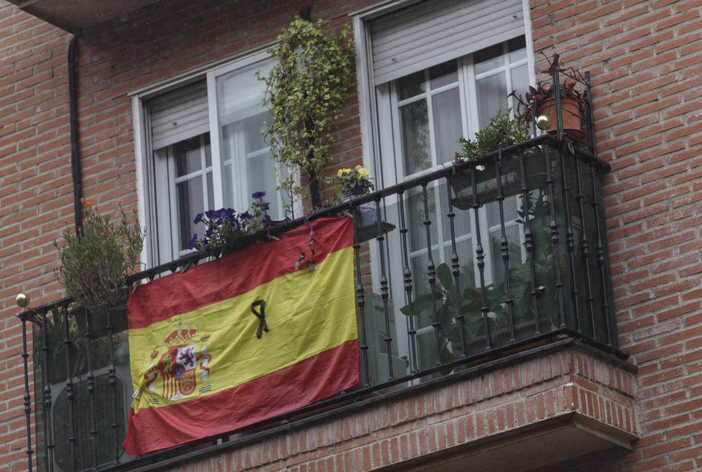 Una bandera de España cuelga de un balcón de Madrid.