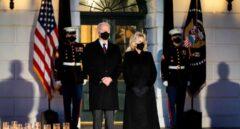 El presidente de EEUU, Joe Biden, y su esposa Jill guardan un minuto de silencio por las víctimas del coronavirus ante la Casa Blanca