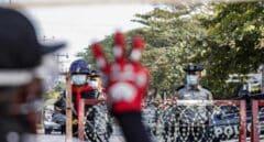 Unos manifestantes se encaran a varios militares en las calles de Yangún