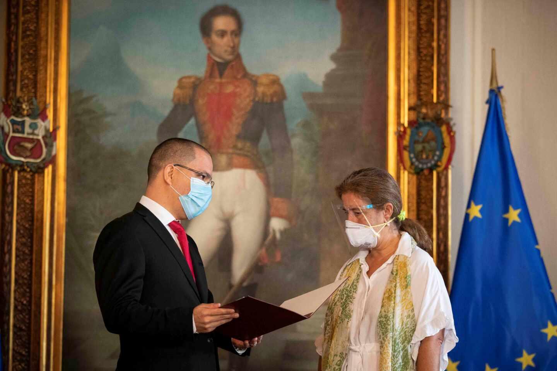 El canciller venezolano, Jorge Arreaza, entrega su carta de expulsión a la embajadora de la UE, Isabel Brilhante