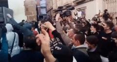 Cientos de personas se agolpan frente al juzgado de Linares tras la agresión de dos policías a un hombre y a su hija