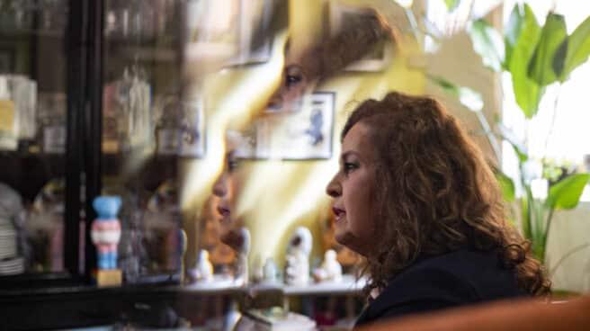 La política del PSOE Carla Antonelli, en el reflejo de un espejo de su salón durante la entrevista con El Independiente