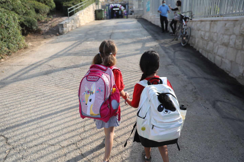 Dos niñas caminan hacia el colegio en Israel