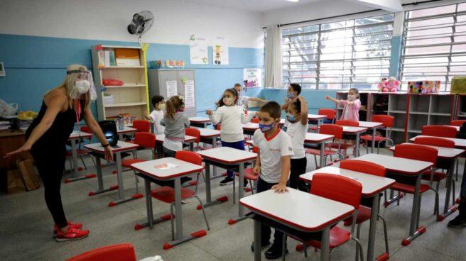 Niños retoman las clases hoy en la escuela estatal Raúl Antonio Fragoso, en Sao Paulo