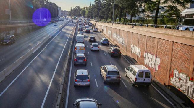 Una autopista con vehículos en Madrid