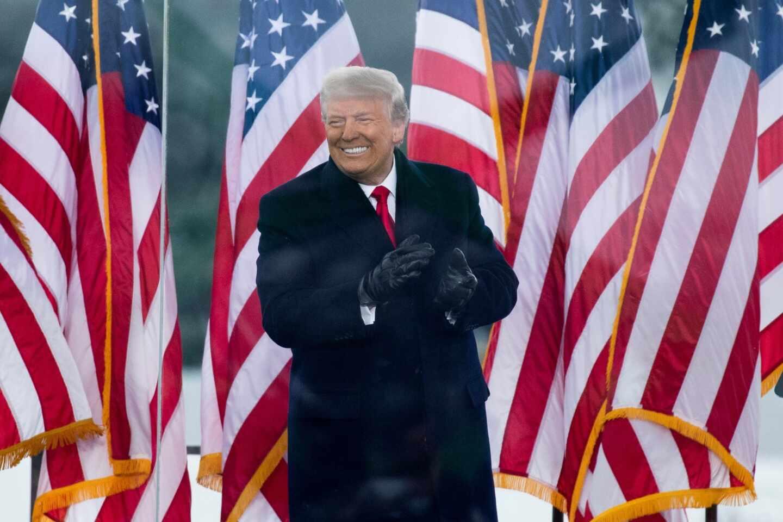Donald Trump saluda a sus seguidores en un mitin
