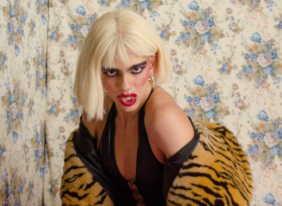 Samantha Hudson en una fotografía con una peluca rubia