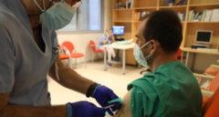 Una enfermera administra una vacuna contra el coronavirus a un enfermero