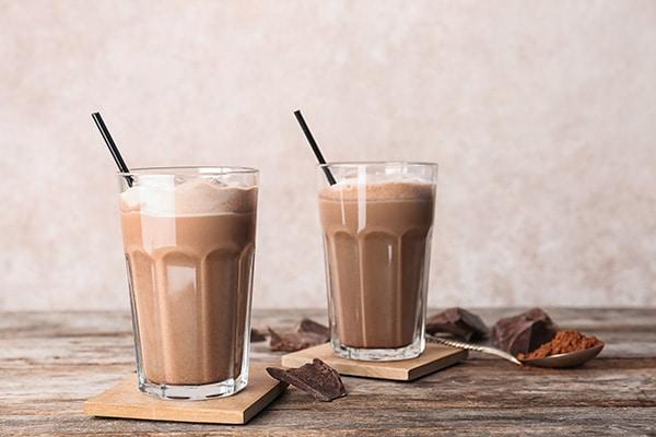 Dos vasos de cacao puro para merendar