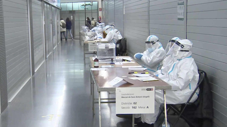 Los ciudadanos que formaban las mesas electorales se han puesto EPIs, guantes, mascarillas y gafas cuando fueron a votar los contagiados