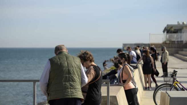 Varias personas en la Playa de Malvarrosa en Valencia