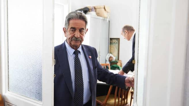 El presidente de Cantabria Miguel Ángel Revilla saliendo de un despacho.
