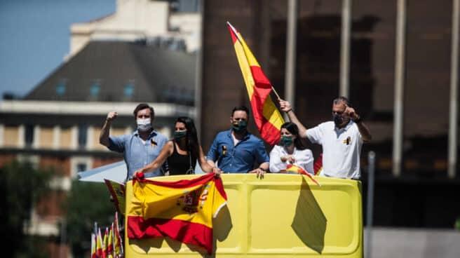 Representantes de Vox montados en un autobús durante manifestación para pedir la dimisión del Gobierno.