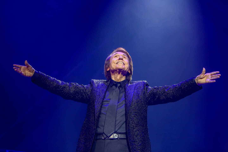 El cantante Raphael saludo al público durante su concierto en el Wizink Center en Madrid.