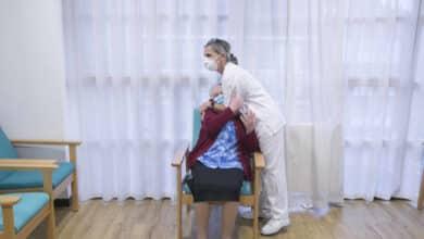 La mitad de las CCAA completa la vacunación en residencias mientras se observan los primeros efectos positivos