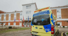 Una ambulancia a las puertas de Hospital General San Telmo , en Palencia, Castilla y León, a finales de enero.