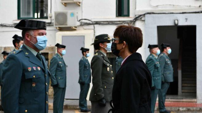La directora general de la Guardia Civil, María Gámez, saluda a un agente de la Guardia Civil durante su visita a Ceuta.