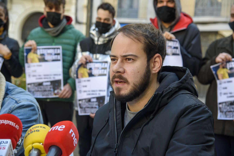 El rapero Pablo Rivadulla Duro, conocido musicalmente como Pablo Hasél, atendiendo a los medios.