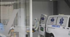 Personal sanitario con traje EPI durante el ingreso de un paciente covid-19 al nuevo Hospital de Emergencia Covid-19. En Sevilla