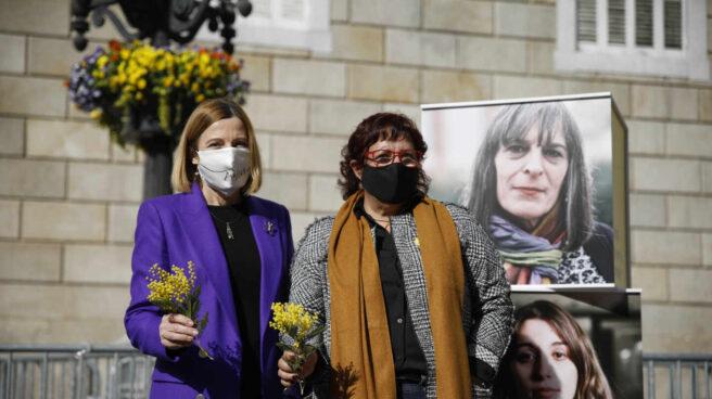 La expresidenta del Parlament, Carme Forcadell, y la exconsellera Dolors Bassa, durante un acto electoral sobre feminismo en la plaza Sant Jaume de Barcelona