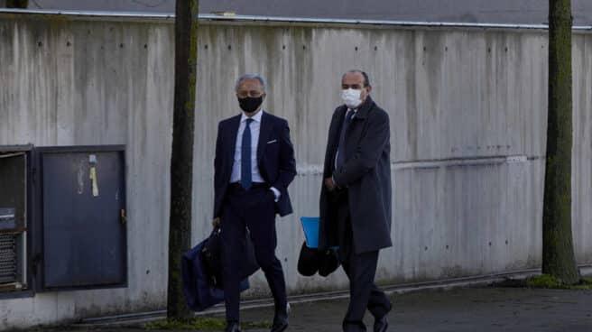 El abogado del PP, Jesús Santos, a su llegada al juicio por la presunta 'caja B' del PP.