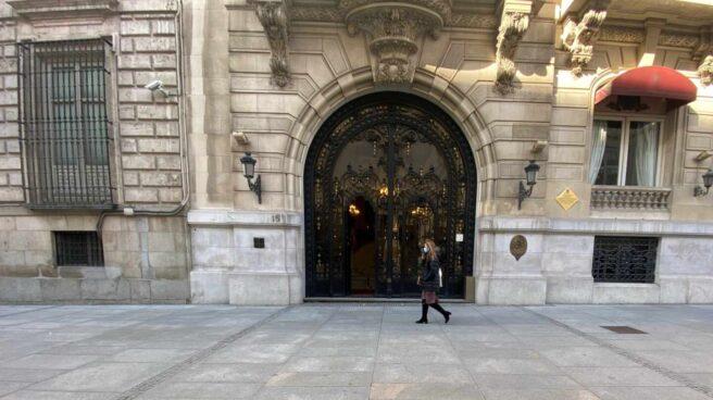 Una persona pasa por la puerta del Casino de Madrid