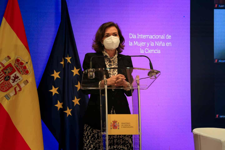 La vicepresidenta primera, Carmern Calvo, habla desde el atril durante el acto del Día Internacional de la Mujer y la Niña en la Ciencia
