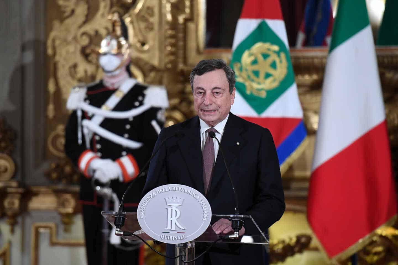Mario Draghi, ya primer ministro, lee la lista de su gobierno