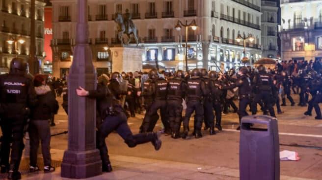 Varios agentes de la Policía Nacional contra los manifestantes por los altercados producidos durante una manifestación contra el encarcelamiento del rapero y poeta Pablo Hasél