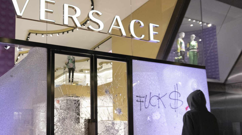 La tienda de Versace del Passeig de Gràcia en Barcelona, destrozada.