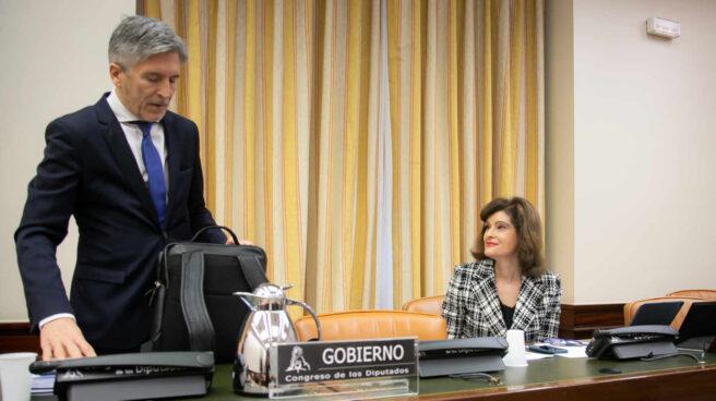 Grande-Marlaska, junto a la presidenta (Ana Botella), en su comparecencia del 23 de abril ante la Comisión de Interior.