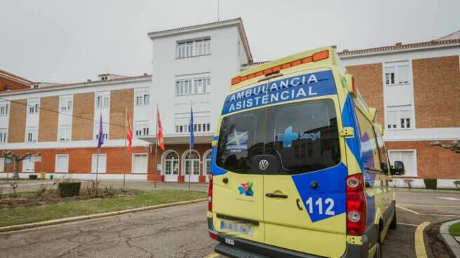 Una ambulancia en la puerta de un hospital
