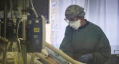Un trabajador sanitario en el interior de una UCI