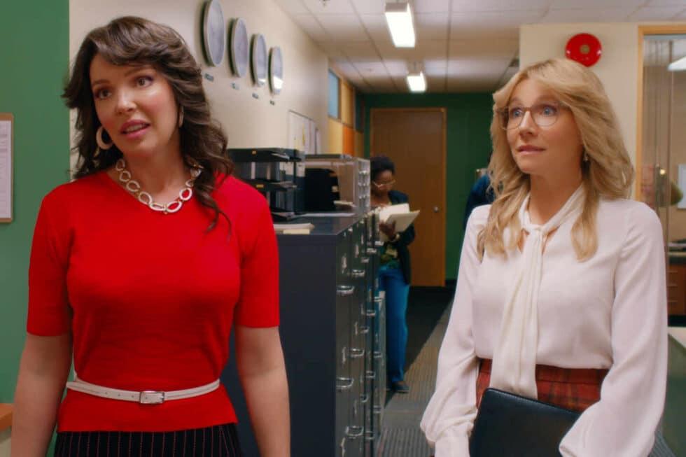 Las dos protagonistas de 'El baile de las luciérnagas' en el pasillo de un estudio de televisión