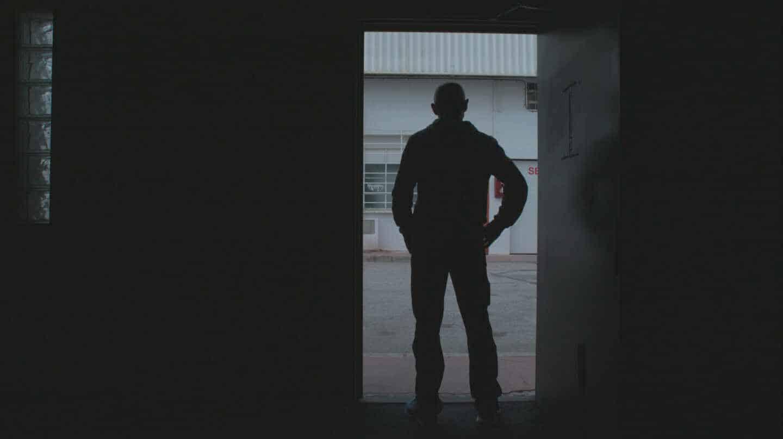 P.N. posa en la puerta de su domicilio