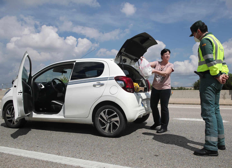 Un guardia civil registra un vehículo en una carretera madrileña la pasada Semana Santa.