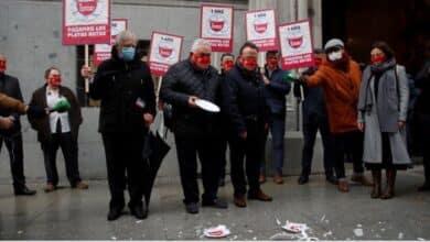 """Los hosteleros piden """"ayudas directas ya"""" y rompen platos frente al Ministerio de Hacienda"""
