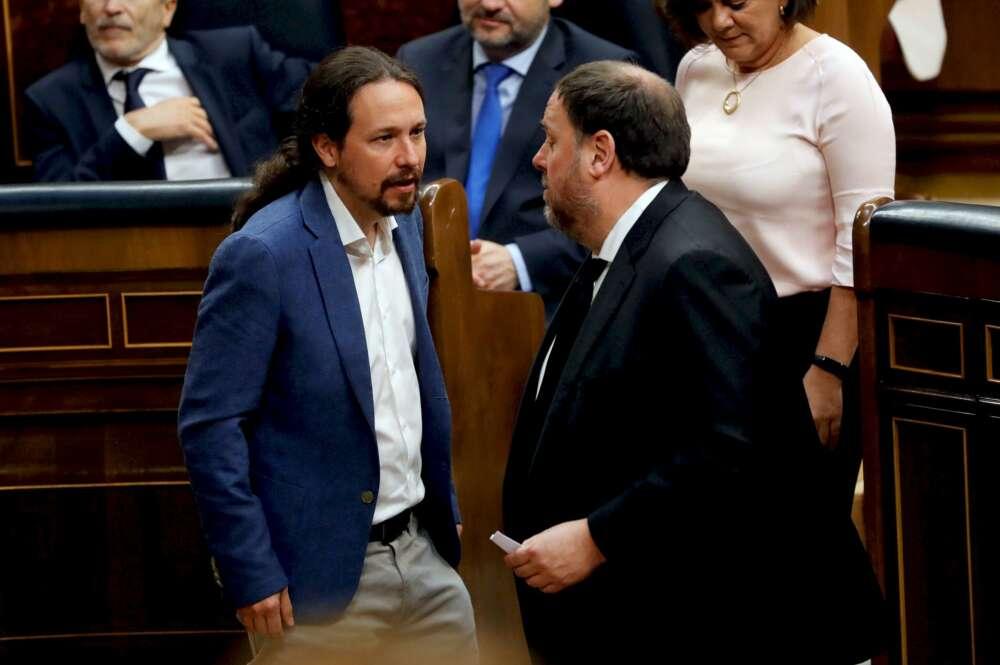 Pablo Iglesias y Oriol Junqueras charlan en el Congreso durante la sesión constitutiva de las Cortes en mayo de 2019