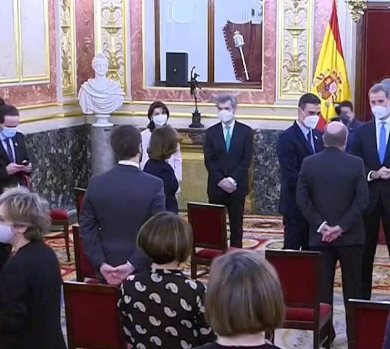 Iglesias mira el móvil al margen de los corrillos tras el discurso del Rey en el 23F