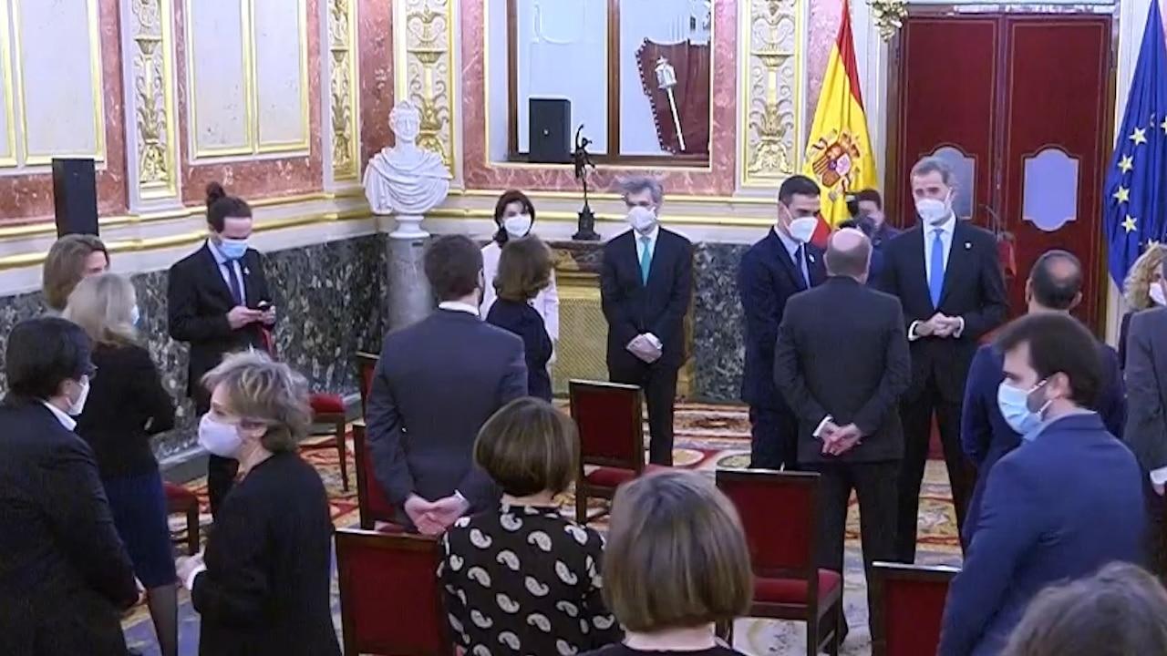 Iglesias mira el móvil tras el acto en el Congreso del 23F