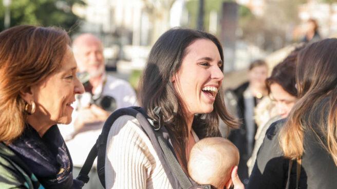 Irene Montero llega a un acto en Madrid con su bebé en brazos.