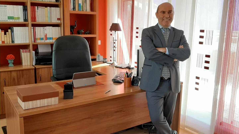 El abogado-consultor Jaime Pintos, en su despacho profesional.