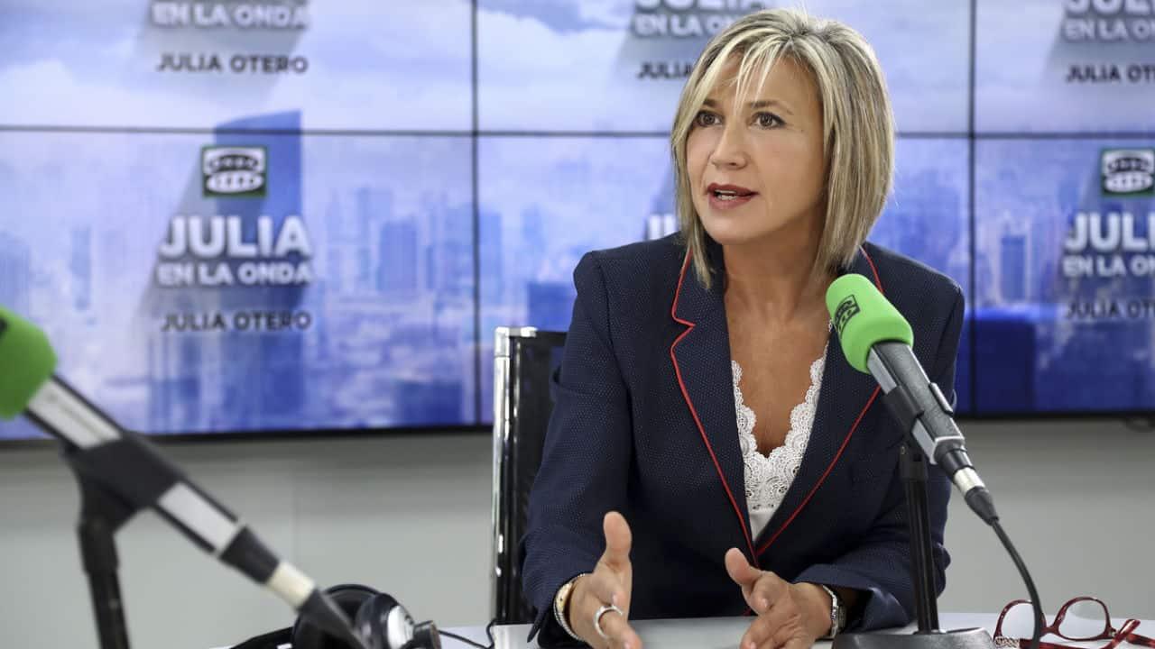 La periodista Julia Otero durante un programa de radio en Onda Cero