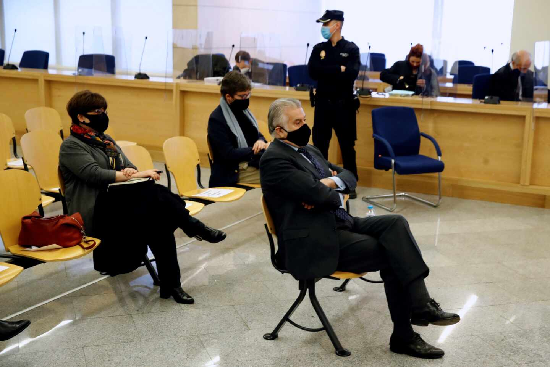 El ex tesorero del PP Luis Bárcenas, este lunes, en el inicio del juicio por la presunta caja 'B' del PP.