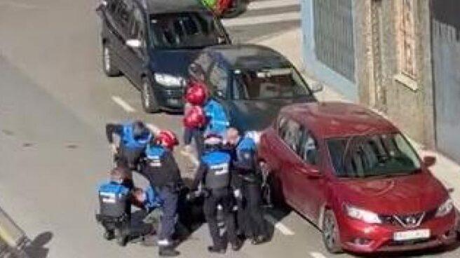 Detención de un hombre en Gijón por varios agentes de la Policía