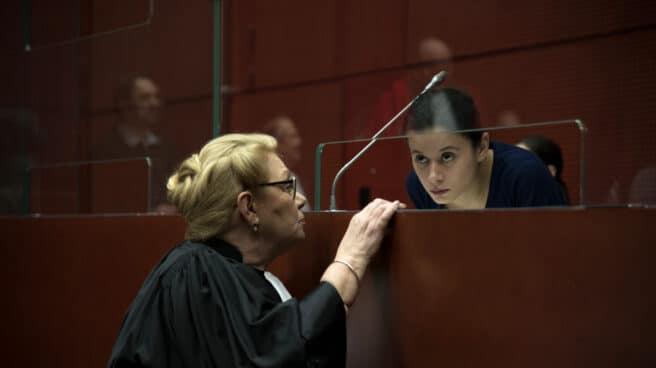 Lise Bataille y su abogada defensora, personaje que interpreta Melissa Guers en 'La Chica del brazalete'
