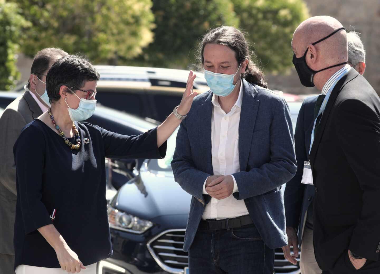 La ministra de Exteriores, Arancha González Laya, saluda a Pablo Iglesias, vicepresidente segundo.