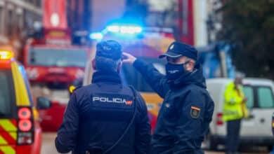 La Policía Nacional salva a una mujer que se desangraba en el portal de su casa