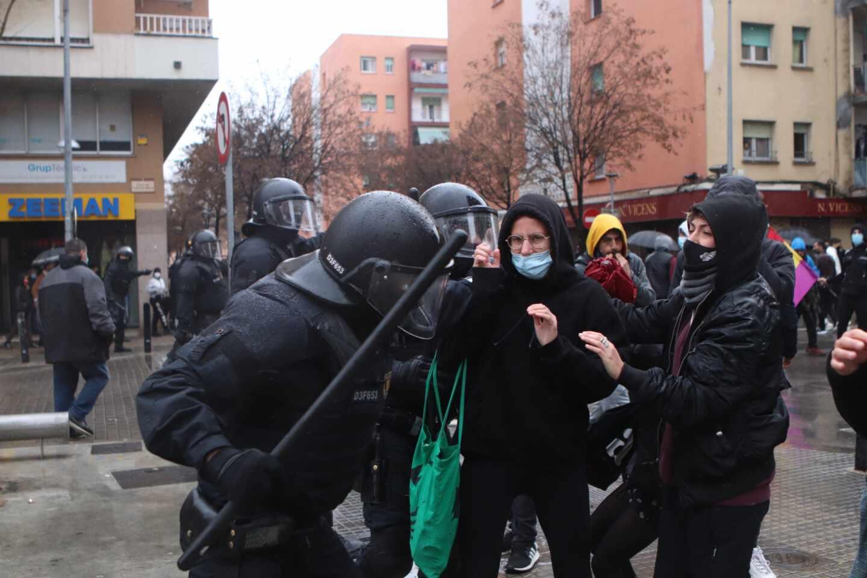 Los Mossos actúa contra la manifestación en Salt tras un acto de Vox.